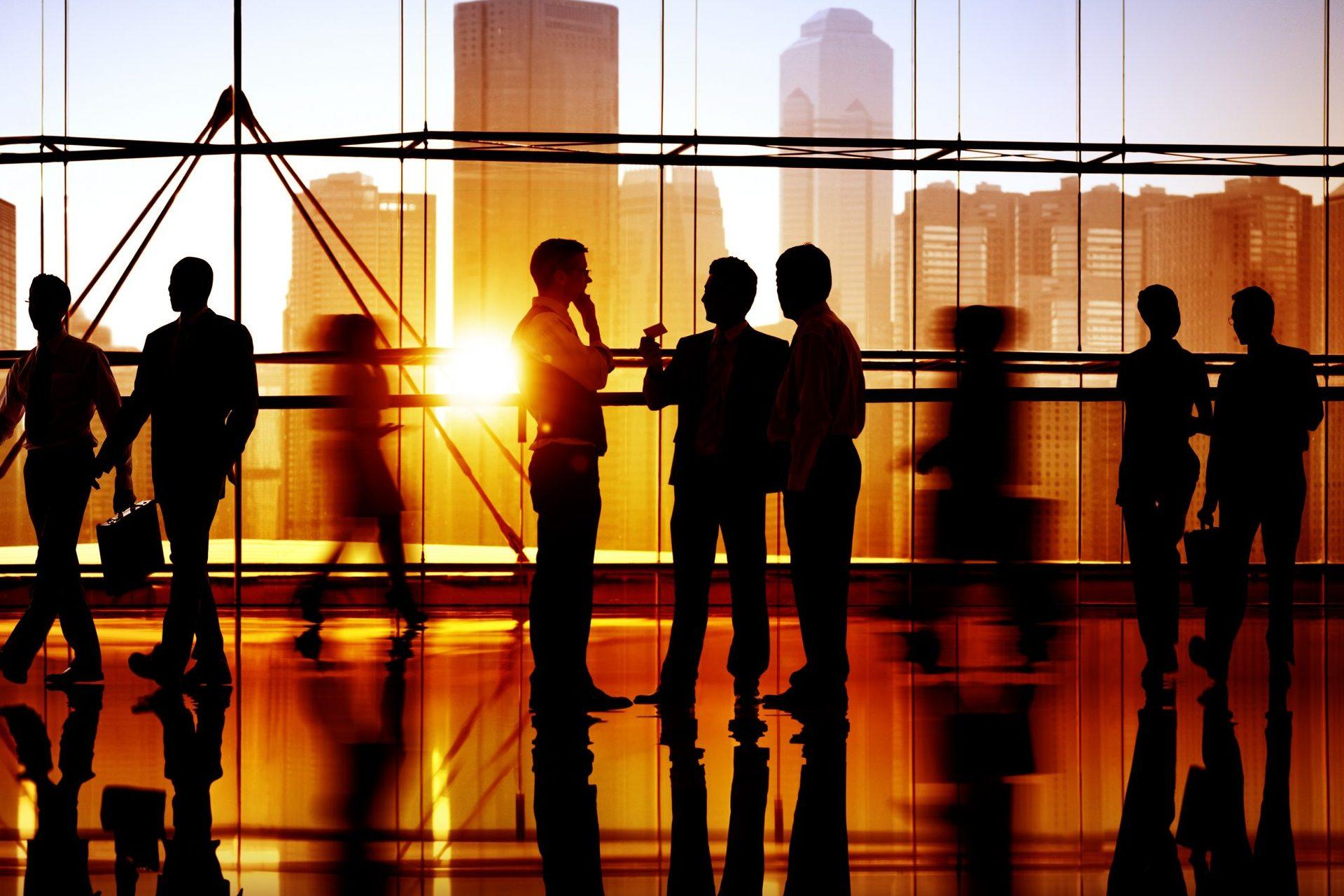 Silhouetten von Menschen in der Abendsonne